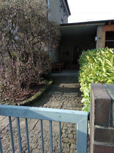 Blick über das Gartentor Kindertagesstätte (Kita) die Krümelmonster aus Neustadt am Rübenberge