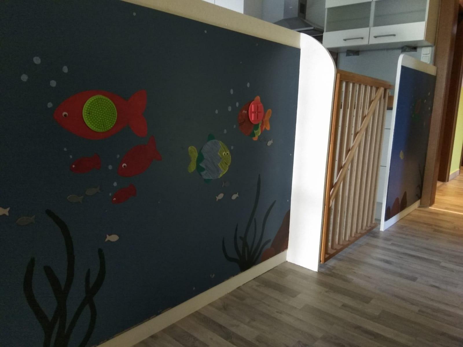 Bunte Wand mit aufgemalten Fischen Kindertagesstätte (Kita) die Krümelmonster aus Neustadt am Rübenberge