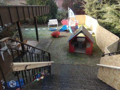 Treppe in den Garten mit Rasenfläche und reichlich Spielmöglichkeiten Kindertagesstätte (Kita) die Krümelmonster aus Neustadt am Rübenberge